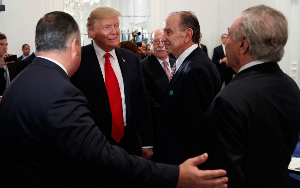 O presidente dos EUA, Donald Trump, é cumprimentado pelo ministro das Relações Exteriores do Brasil, Aloysio Nunes, e o presidente brasileiro Michel Temer, em Nova York, na segunda-feira (18) (Foto: AP Photo/Evan Vucci)