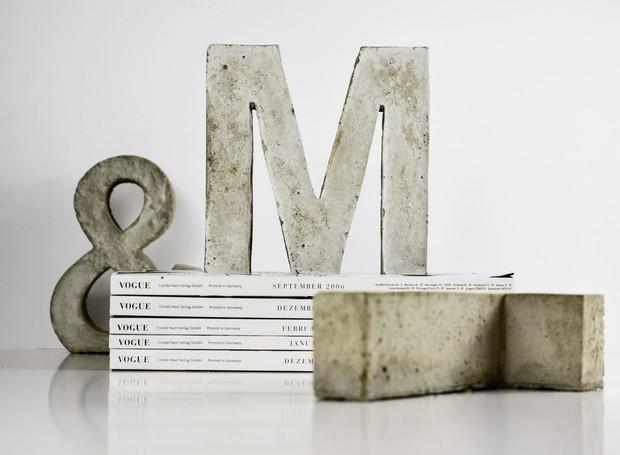 Faça você mesmo: cantoneiras de concreto para segurar livros  (Foto: Pinterest/Reprodução )