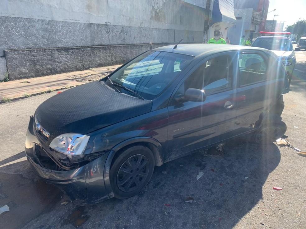 Carros que estavam parados no semáforo foram atingidos — Foto: Carlos Dhaniel/Inter TV Cabugi