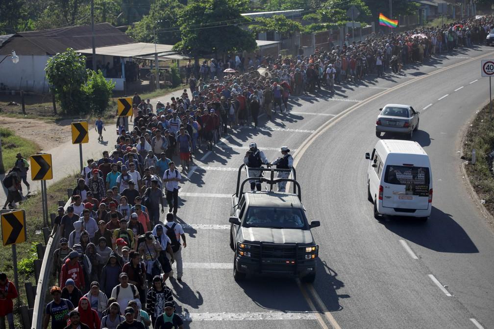 Sob olhares de forças de segurança, caravana de migrantes passa por rodovia no sul do México nesta quinta-feira (23) — Foto: Andres Martinez Casares/Reuters