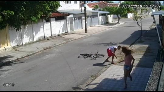 Mulher é empurrada e bate a cabeça em calçada durante assalto no Recife; veja vídeo