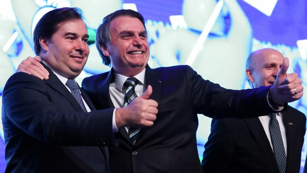 Rodrigo Maia e Bolsonaro posam para fotos abraçados no primeiro evento público que participam juntos após troca de farpas pela imprensa — Foto: Marcos Corrêa/PR