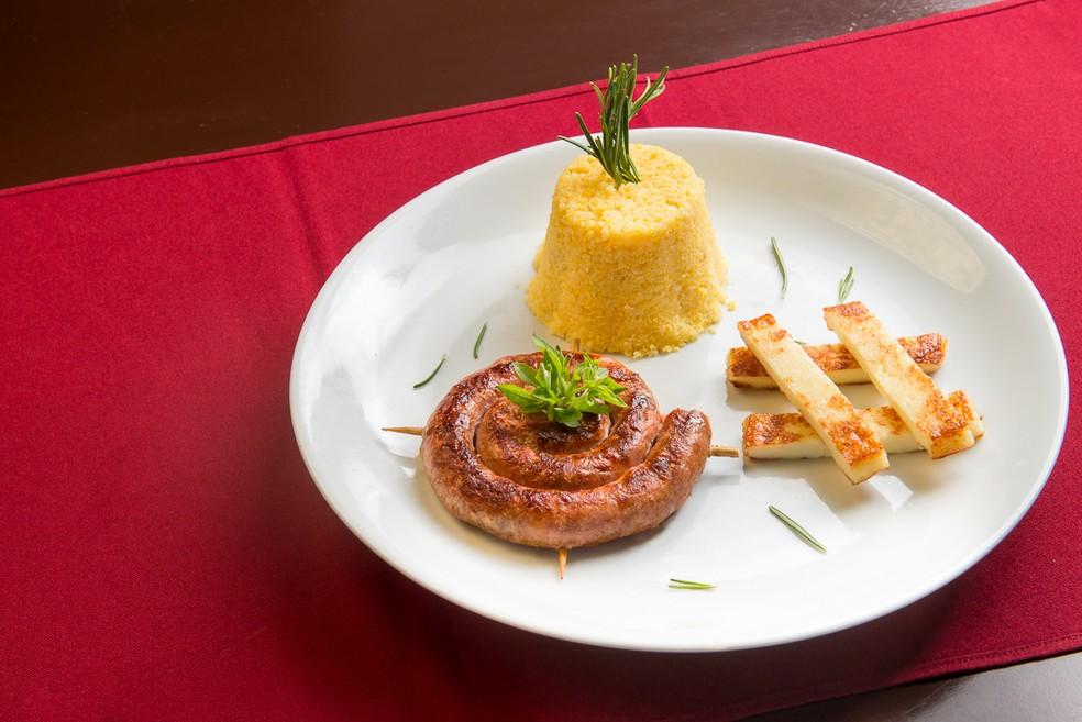 """Um dos pratos é """"Bem enroladinho"""", composto por linguiça artesanal, grelhada na manteiga de garrafa, servida com cuscuz amanteigado e queijo coalho defumado (Foto: Kamilo Marinho)"""