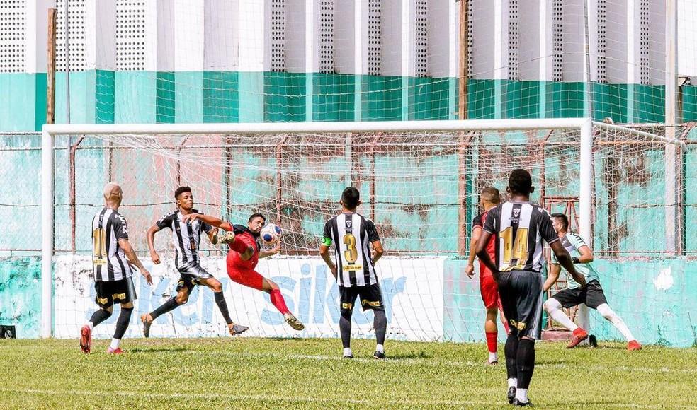Max marcou um bonito gol de voleio, garantindo a classificação do Gavião para a semifinal da Segundinha do Parazão — Foto: Magno Barros