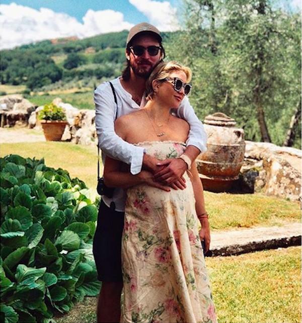 A atriz Kate Hudson, grávida de seu terceiro filho, com o pai do bebê (Foto: Instagram)