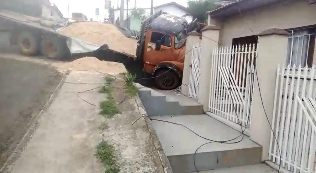 Caminhão carregado de areia atinge casa em bairro de Ponta Grossa nesta manhã de sábado (2) (Foto: Reprodução/ RPC)