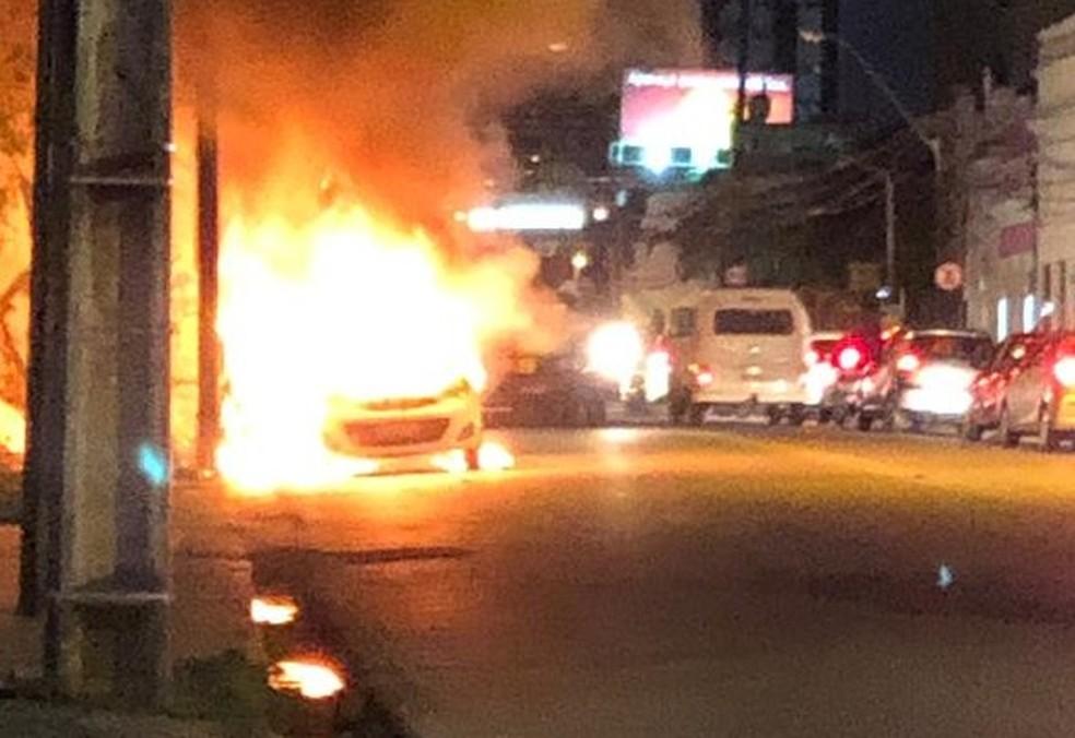 Carro pegou fogo, nesta segunda-feira (12), na Avenida 17 de Agosto, na Zona Norte do Recife  — Foto: Reprodução/WhatsApp