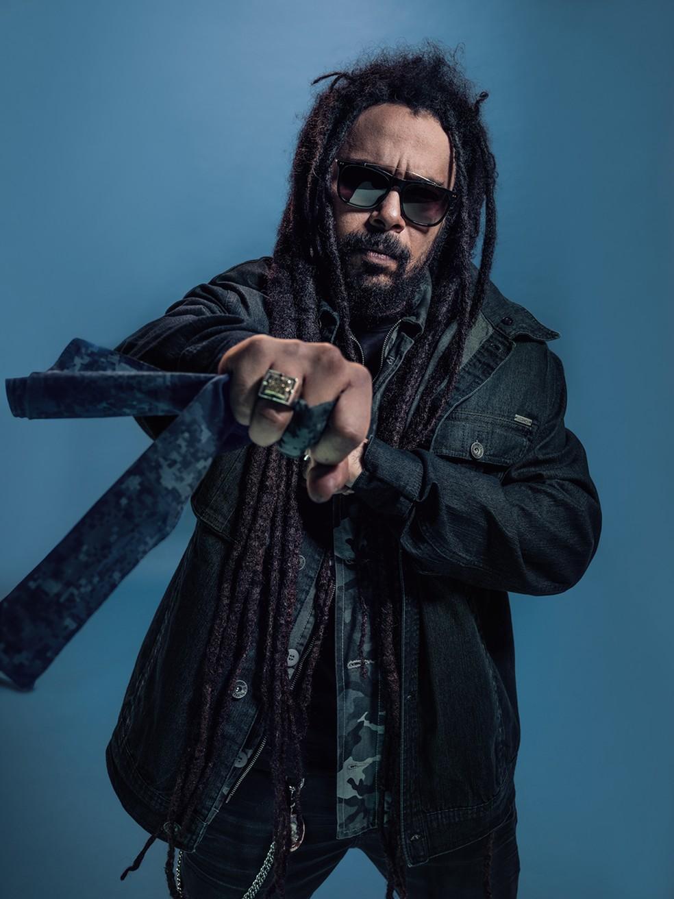 Marcelo Falcão fica na praia do reggae com leveza pop em álbum solo lançado hoje, 15 de fevereiro — Foto: Jaques Dequeker / Divulgação