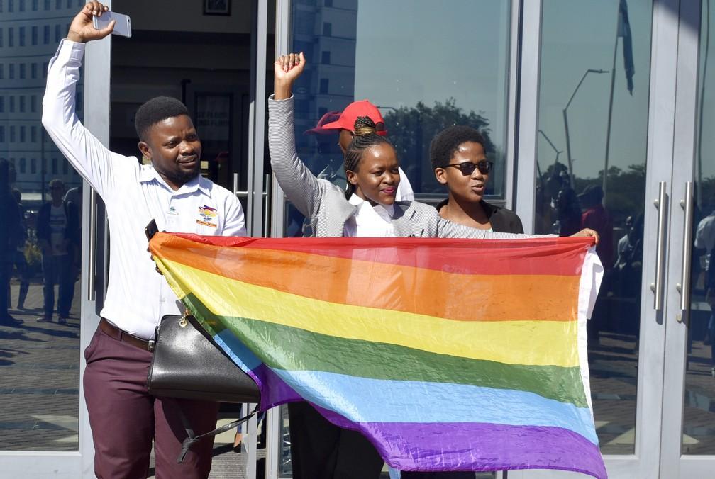 Pessoas comemoram mudança na lei de Botsuana que descriminalizou a homossexualidade no país no dia 11 de junho — Foto: Associated Press