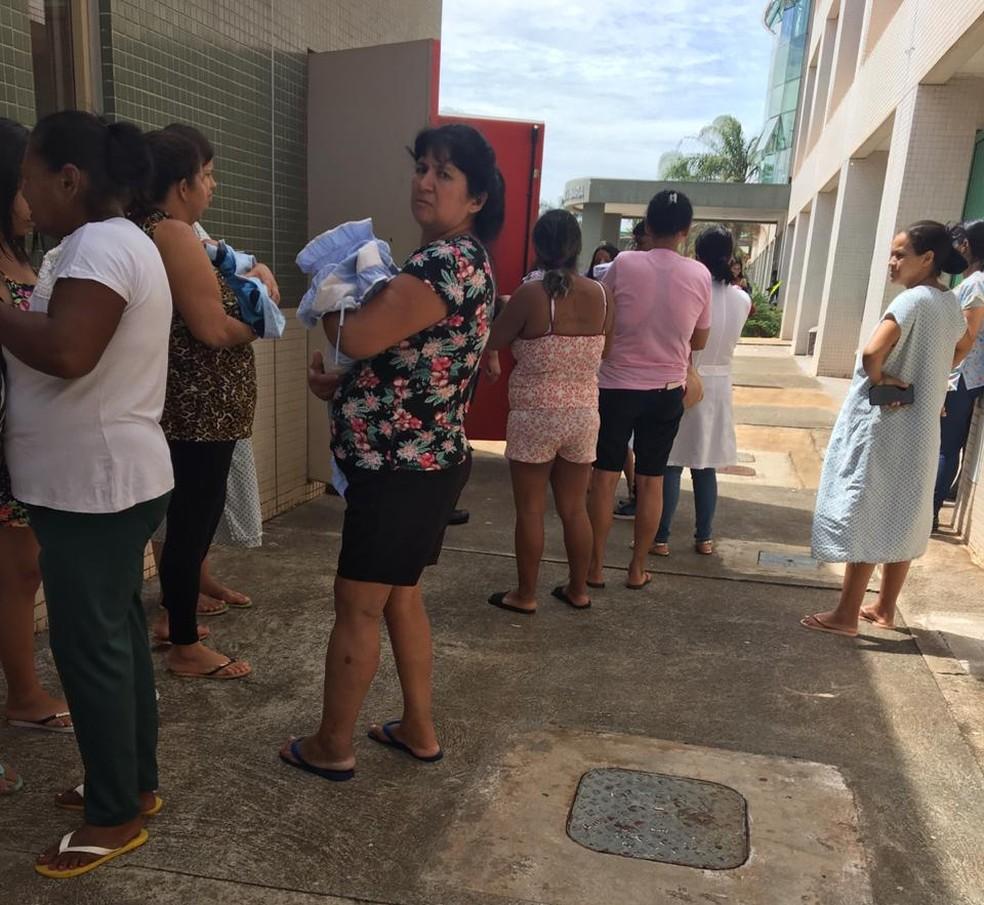Mães com bebês no colo tiveram que deixar a maternidade por causa de um vazamento de gás no Hospital de Santa Maria, no DF — Foto: Joice Salles/ Arquivo pessoal
