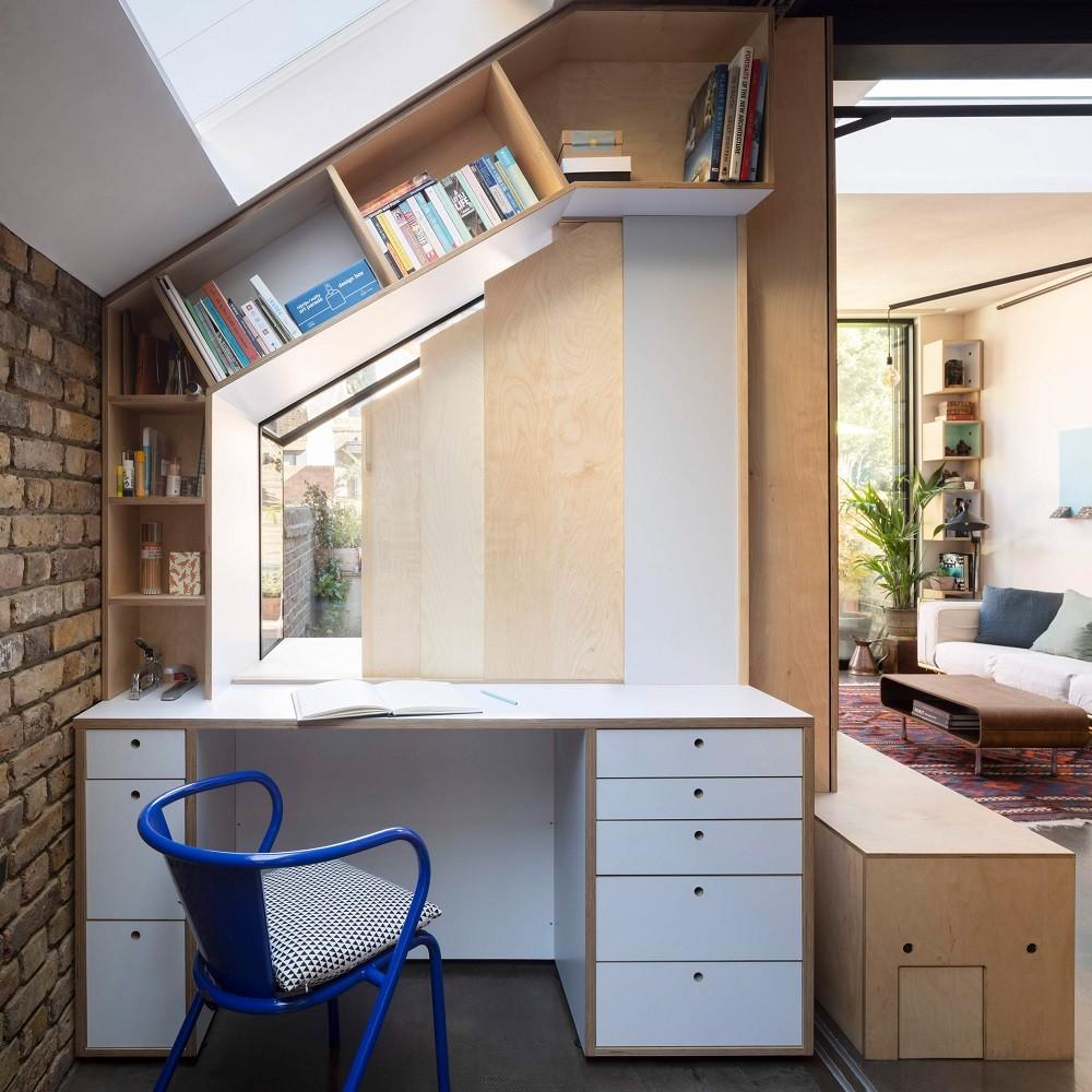 Escritório tem vista para área de luz trabalhada em azulejos rosa (Foto: Ståle Eriksen/Reprodução)
