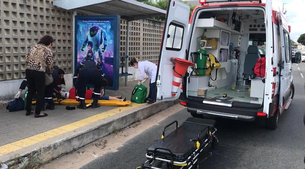 Mulher foi baleada durante um assalto na BR-101. — Foto: Kleber Texeira/ Inter TV Cabugi