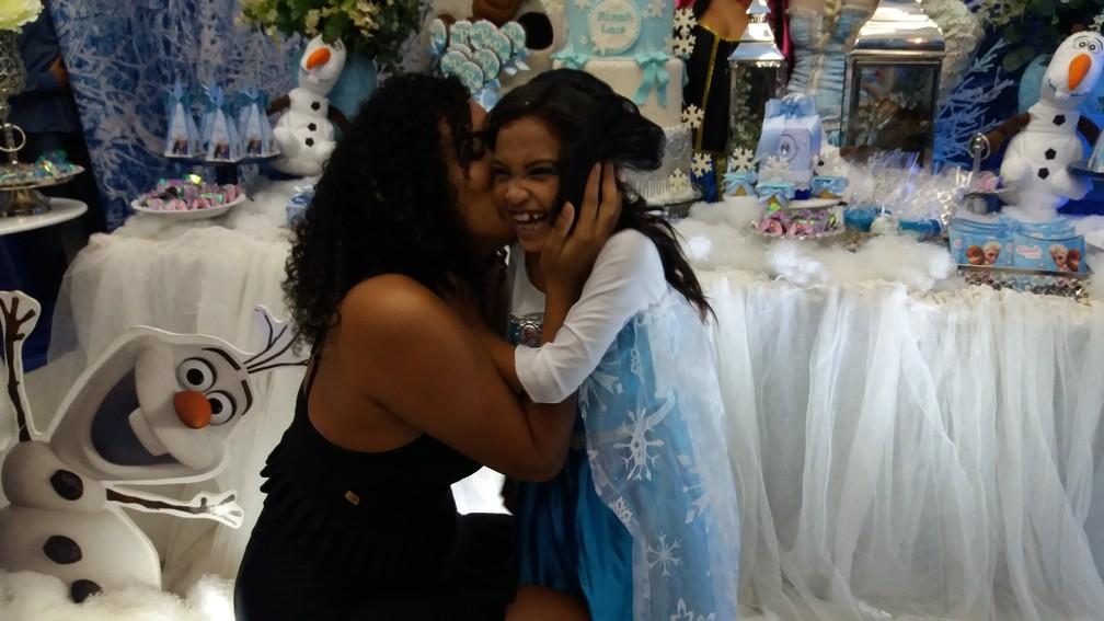 Rinah Laís e a prima Thaís Monteiro, em momento de carinho (Foto: Rita Torrinha/G1)