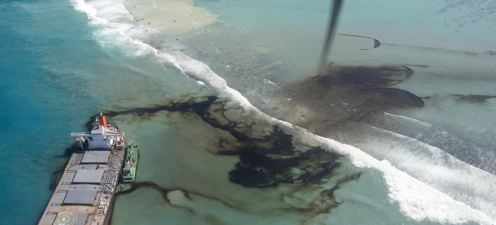 Imagem registrada pelo Exército Francês na terça-feira (11) mostra o vazamento de óleo do navio MV Wakashio nas Ilhas Maurício — Foto: Gwendoline Defente, EMAE via AP