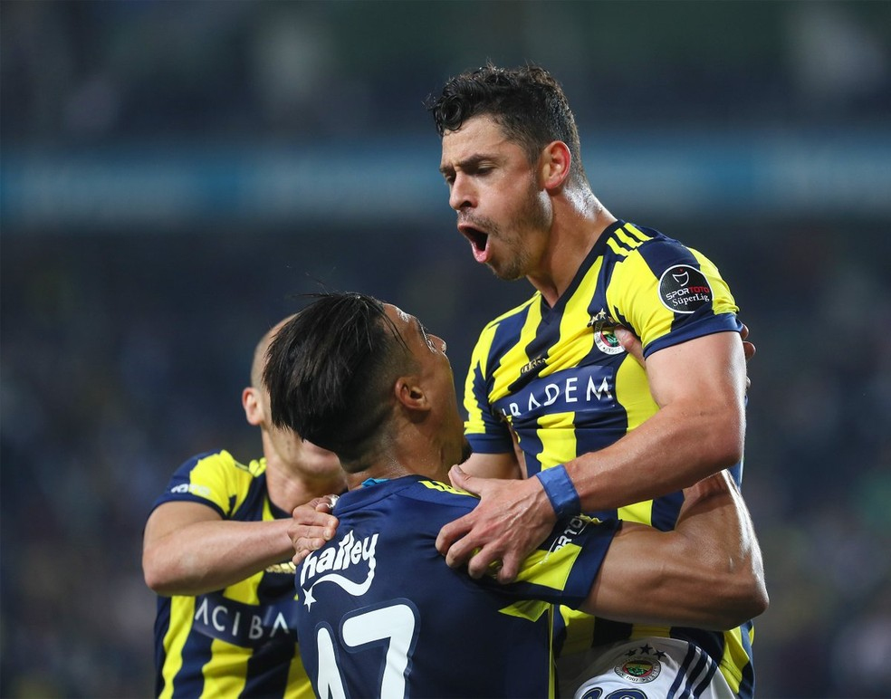 Giuliano vem atuando mais adiantado no Fenerbahçe (Foto: Divulgação / Fenerbahçe)