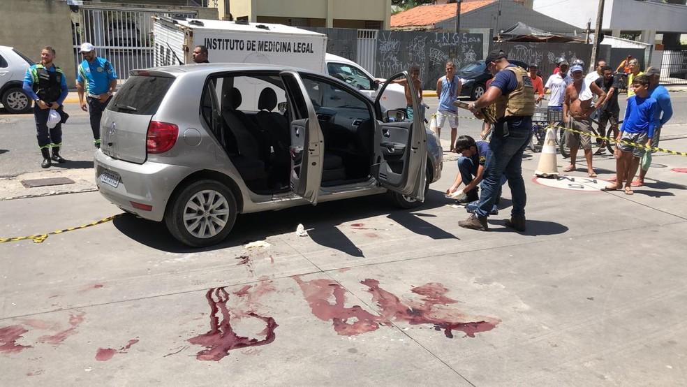 Marcas de sangue ficaram no chão, perto do carro onde um homem assasinou outro e se matou, em Jaboatão dos Guararapes, no Grande Recife — Foto: Tiago Guimarães/TV Globo