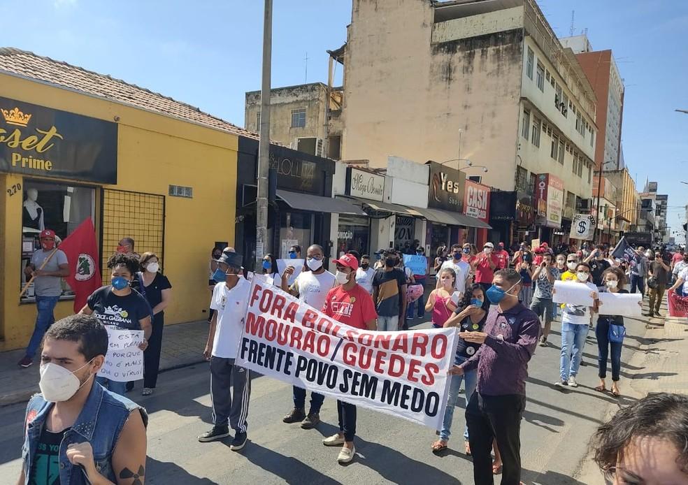 Manifestantes andaram pelas ruas do Centro de Montes Claros em ato contra o presidente Bolsonaro — Foto: Michele Carvalho/Inter TV