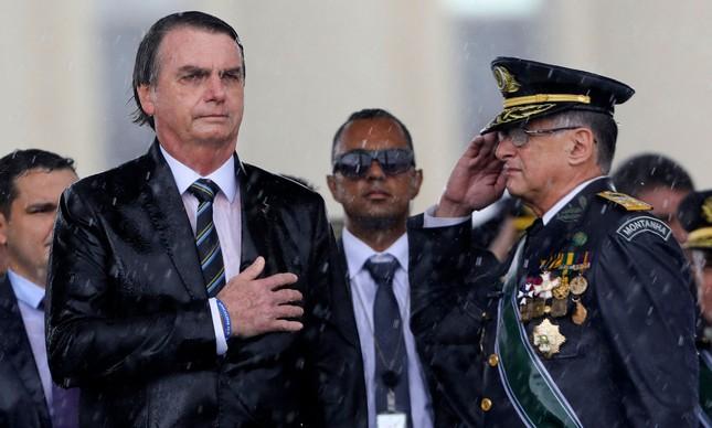 O presidente Jair Bolsonaro ao lado do então Comandante do Exército Brasileiro, Edson Pujol, em abril de 2019