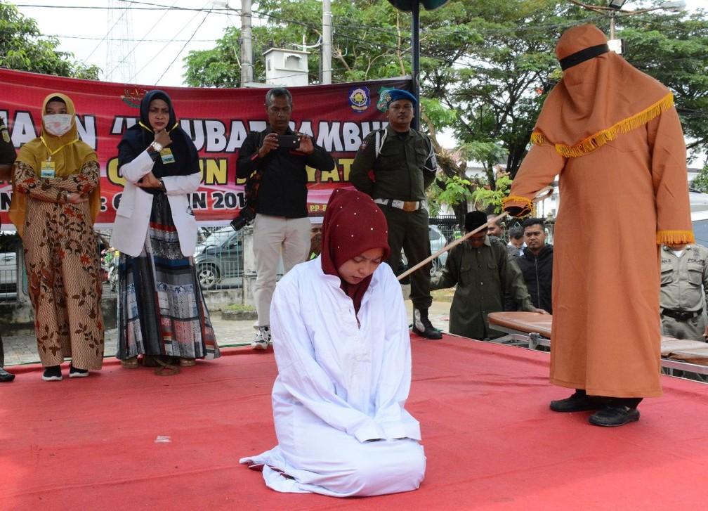 Mulher foi açoitada por manter relações com um homem com o qual não era casada — Foto: AFP/Cek Mad