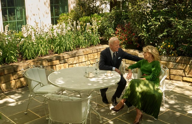Joe Biden e Jill em um pátio próximo ao Salão Oval. (Foto: Fotografado por Annie Leibovitz para Vogue de agosto de 2021)