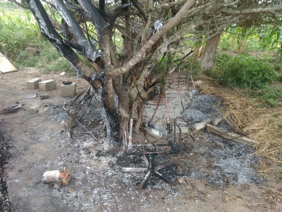 Polícia acredita que uma vela causou o incêndio (Foto: Magno Wendel / TV Asa Branca)