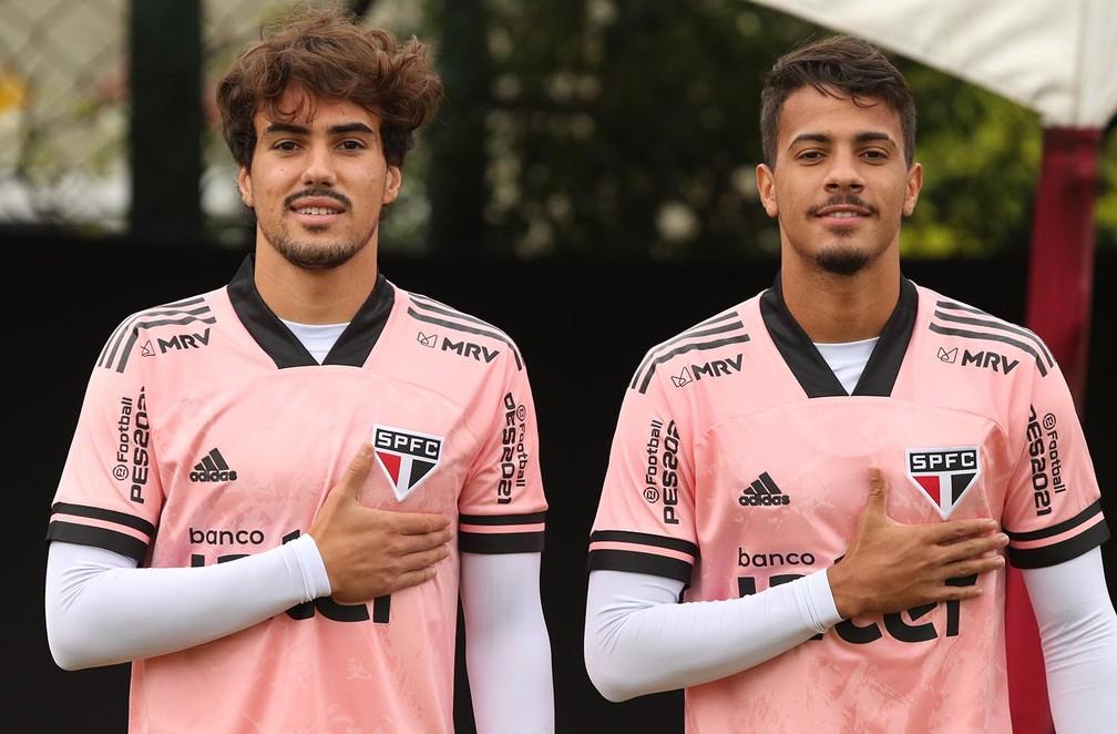 Igor Gomes e Diego Costa com a nova camisa do São Paulo — Foto: Rubens Chiri / saopaulofc.net