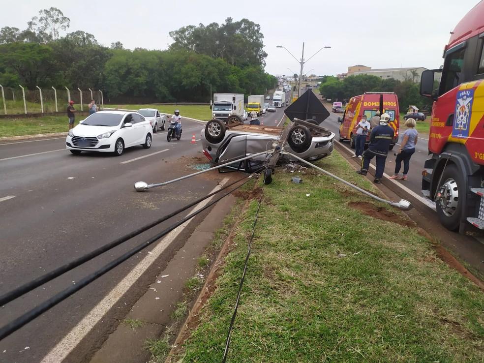 Mulher fica ferida em acidente entre carro e caminhão na BR-369, em Londrina — Foto: Divulgação/PRF