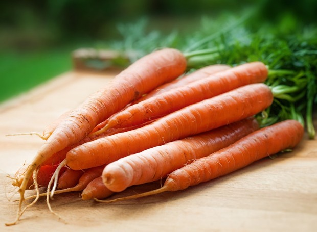 A cenoura é rica em betacaroteno, que colabora para uma boa imunidade (Foto: mali maeder/Pexels)