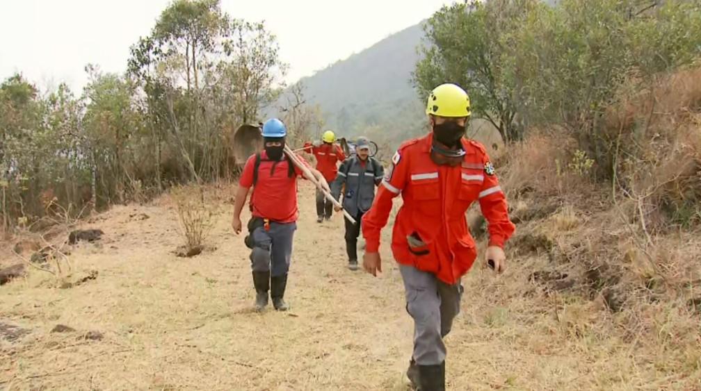 Cerca de 20 bombeiros participam de combate às chamas em Andradas (MG) — Foto: Erlei Peixoto