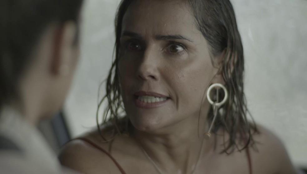 Alexia (Deborah Secco) fica furiosa ao saber que Renzo (Rafael Cardoso) pode ser casado em 'Salve-se Quem Puder' — Foto: Globo