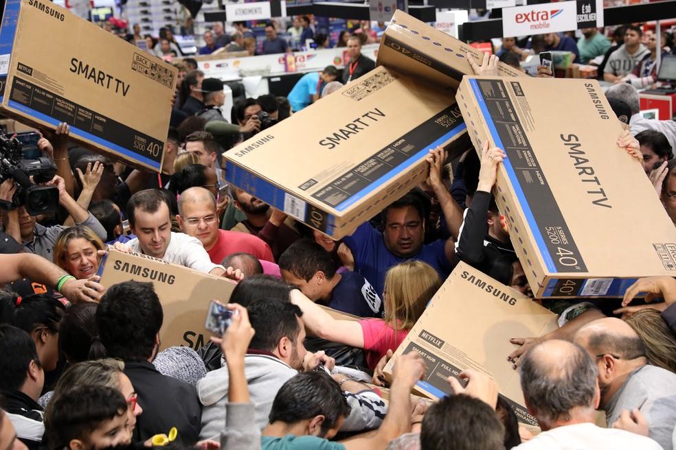 Black Friday: consumidores disputam televisores em hipermercado na Zona Sul de São Paulo (Foto: Celso Tavares/G1)