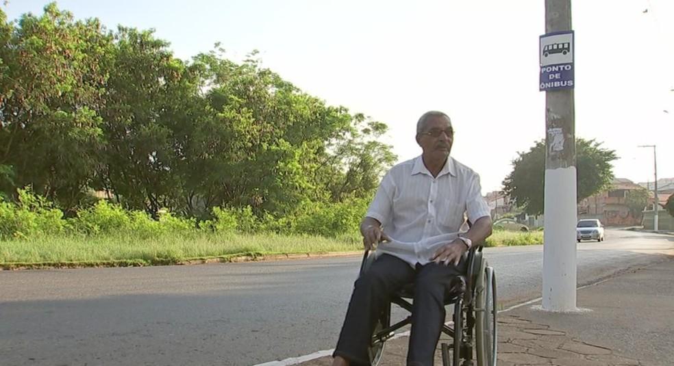 Aposentado José Emílio espera por horas um ônibus com rampa para cadeira de rodas (Foto: Reprodução/TV TEM)