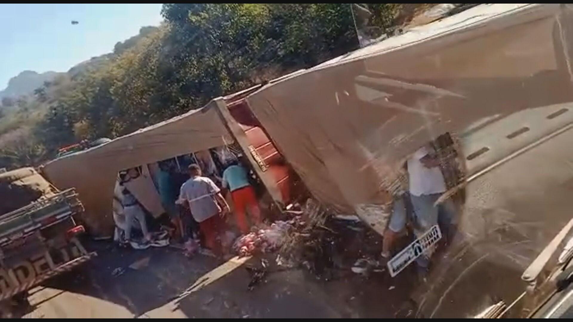 Caminhão tomba na Rodovia Fernão Dias e parte da carga de refrigerantes é saqueada na Grande BH