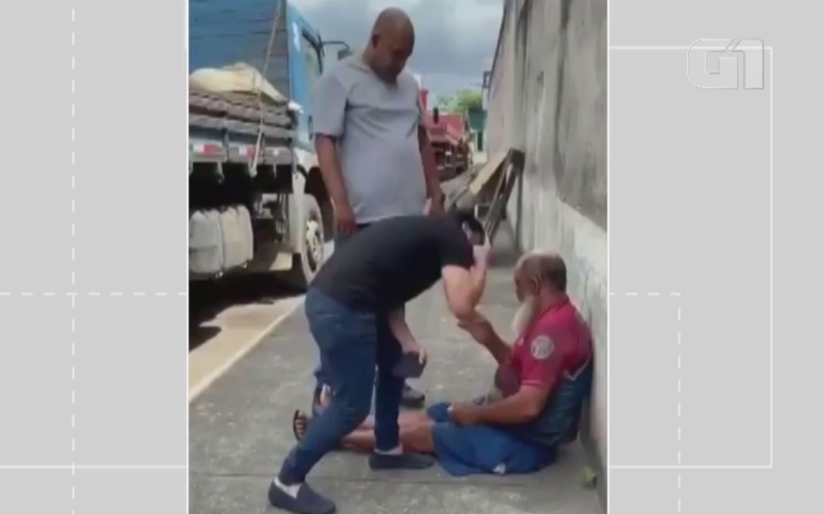 Ex-deputado Marcell Moraes chuta idoso que teria agredido cachorro e faz ameaça na BA: 'Deveria fazer o mesmo com você'