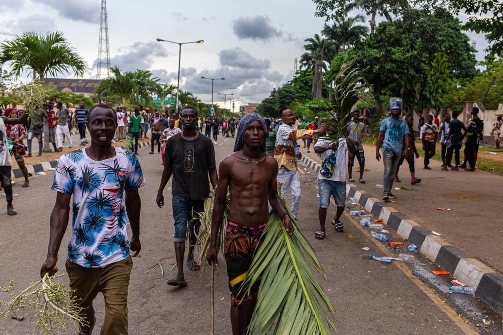 Manifestantes protestam nas ruas de Lagos, maior cidade da Nigéria, nesta terça-feira (20) — Foto: Benson Ibeabuchi/AFP