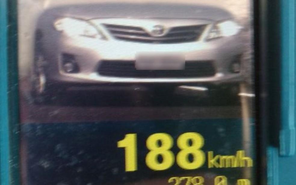 -  Carro é flagrado a 188 km/h na BR-060, em Anápolis, Goiás  Foto: Divulgação/PRF