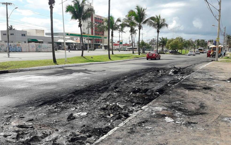 Local onde ônibus foi incendiado na noite de quinta-feira no bairro do Stiep. (Foto: Juliana Cavalcante/TV Bahia)