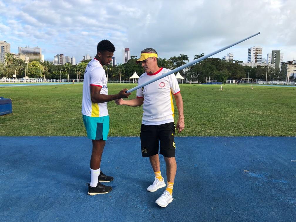Fernando Baloteli recebe orientação do treinador Fernando Brito — Foto: Terni Castro/Globoesporte.com