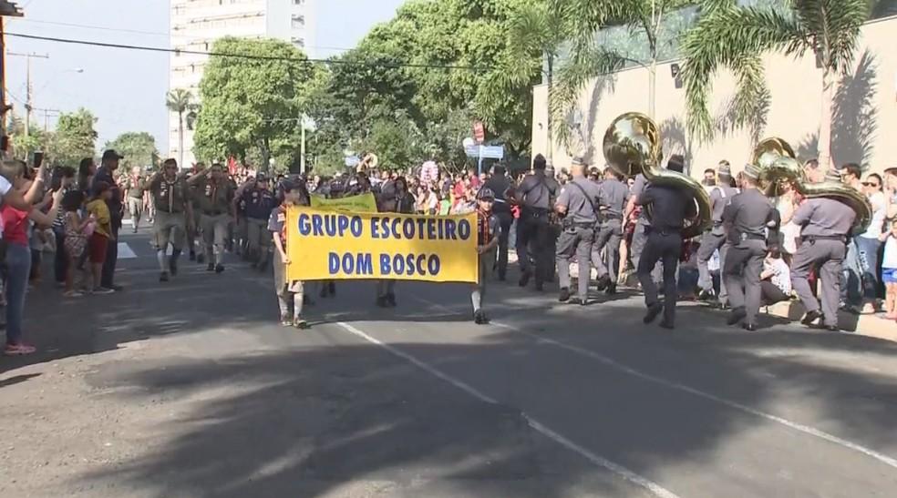 Desfile em Araçatuba contou com participação de escoteiros (Foto: Reprodução/TV TEM)