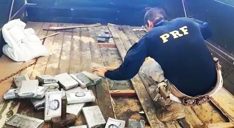 Droga estava escondida no assoalho do caminhão — Foto: PRF-MT