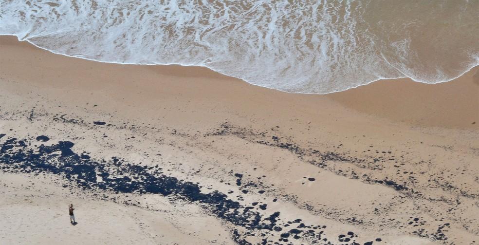 Mancha de óleo em praia do litoral norte de Salvador (BA) é avistada durante sobrevoo de helicóptero da Marinha — Foto: Romildo de Jesus/Futura Press/Estadão Conteúdo