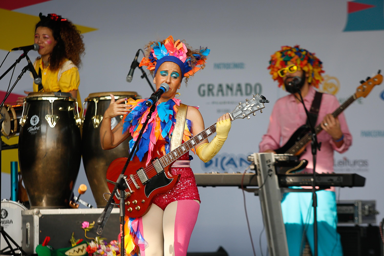 Iaiá e os Erês, com seus adereços coloridíssimos, vibrou no palco do Festival Crescer (Foto: Alexandre Di Paula/ Editora Globo)