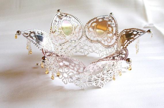 Tipo de coroa usada nos casamentos na Noruega (Foto: Reprodução)