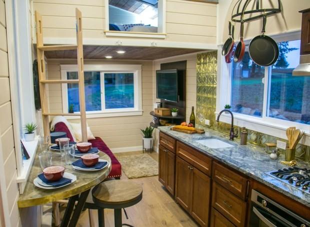 A cozinha e a área para refeições é possuem a decoração rústica (Foto: Inhabitat/ Reprodução)