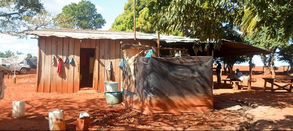 Casa onde o idoso morava na fazenda. — Foto: MPT/MT