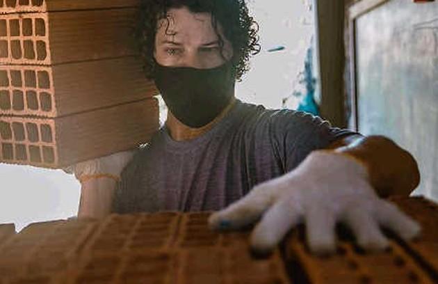 José Loreto carregou tijolos e ajudou os pedreiros da obra de sua casa no Itanhangá, que durou meses: 'Imagina só ouvir barulho e sentir a poeirada sem participar? Resolvi aprender o ofício de ajudante de pedreiro. Em todas as etapas eu coloco a mão' (Foto: Reprodução Instagram)