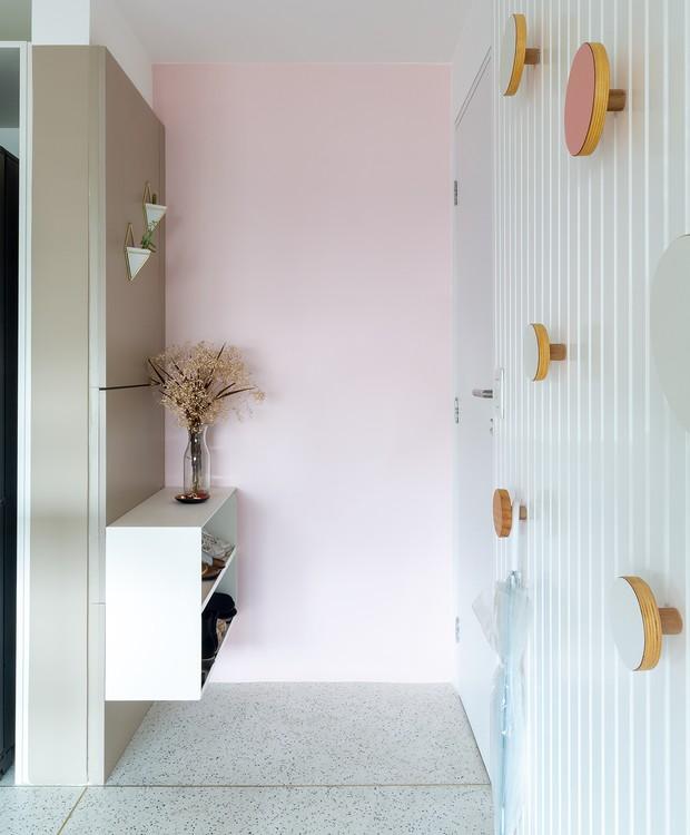 Ricas texturas estão presentes em todo o apartamento. O granilite (GR Pisos) que reveste as áreas molhadas avança um pouco na suíte em nome da integração do espaço (Foto: Pedro Napolitano Prata/Divulgação)
