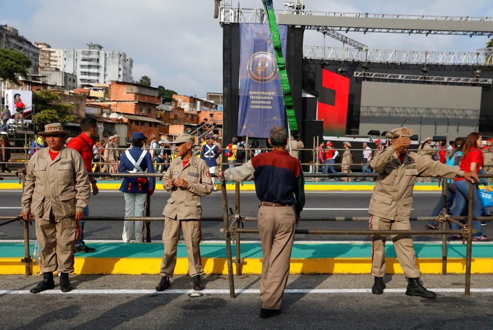 Membros da Milícia Nacional Bolivariana reforçam segurança em área próxima à cerimônia de posse de novo mandato do presidente Nicolás Maduro — Foto: Manaure Quintero/Reuters