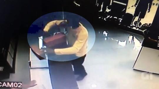 Jovem com tornozeleira eletrônica usa facão para roubar sandálias e roupas em loja de GO; veja vídeo