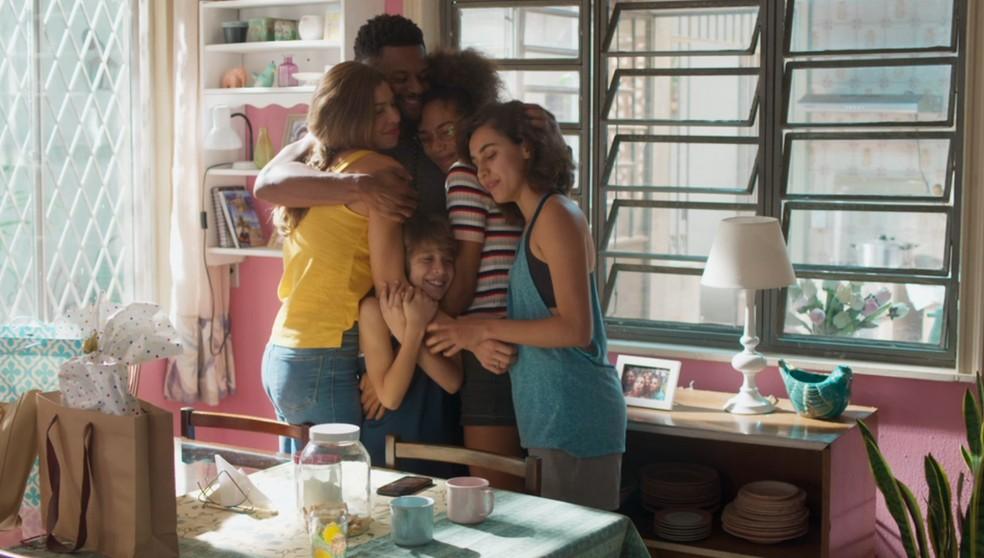 Ramon (David Junior) e Paloma (Grazi Massafera) fazem aquele tradicional abraço de família com Peter (João Bravo), Alice (Bruna Inocencio) e Gabriela (Giovanna Coimbra) em 'Bom Sucesso' — Foto: Globo